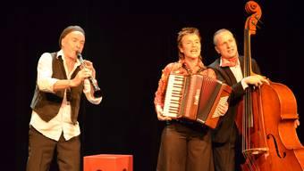 Cornelia Montani, Daniel Schneider (li.) und Christoph Elsaesser präsentieren auf der ThiK-Bühne Geschichten rund um die Liebe. IHK