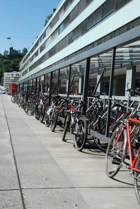 Die Veloständer beim Langhaus auf der Westseite des Bahnhofs sind restlos überfüllt. Jede Stange wird als Parkiermöglichkeit genutzt.