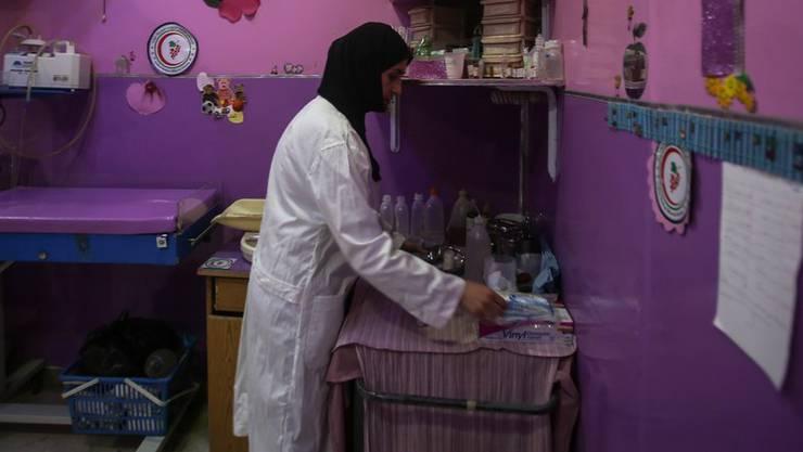 Vereinzelt kommt es vor, dass Pflegerinnen im Spital ein Kopftuch tragen. (Symbolbild)