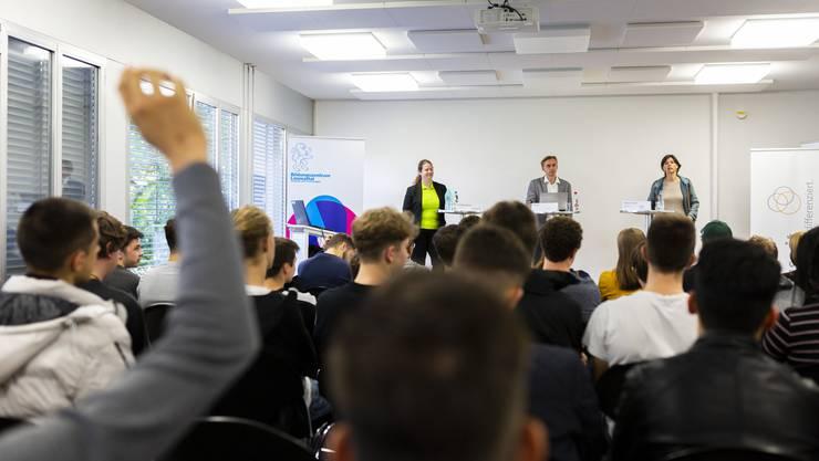 Lebendige Diskussion: die Kantonsrätinnen Christa Stünzi (GLP) und Astrid Furrer (FDP) sprachen mit 80 Berufsschülern im Bildungszentrum Limmattal über Klimaschutz und Ausländerfragen.