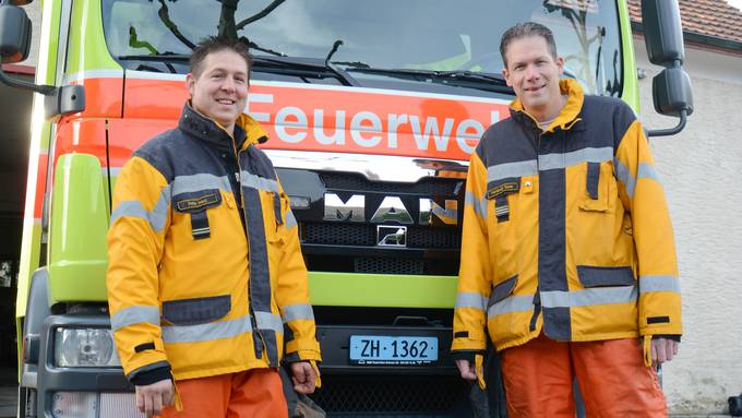 Der neue und der alte Kommandant: Nach neun Jahren an der Spitze der Feuerwehr Weiningen hat  Hanspeter Saxer (rechts) zum Jahreswechsel an Peter Haug übergeben.