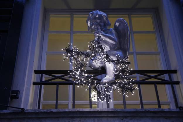 Engel und Stern im gleichen Farbton an einer Hausfassade in Solothurn.
