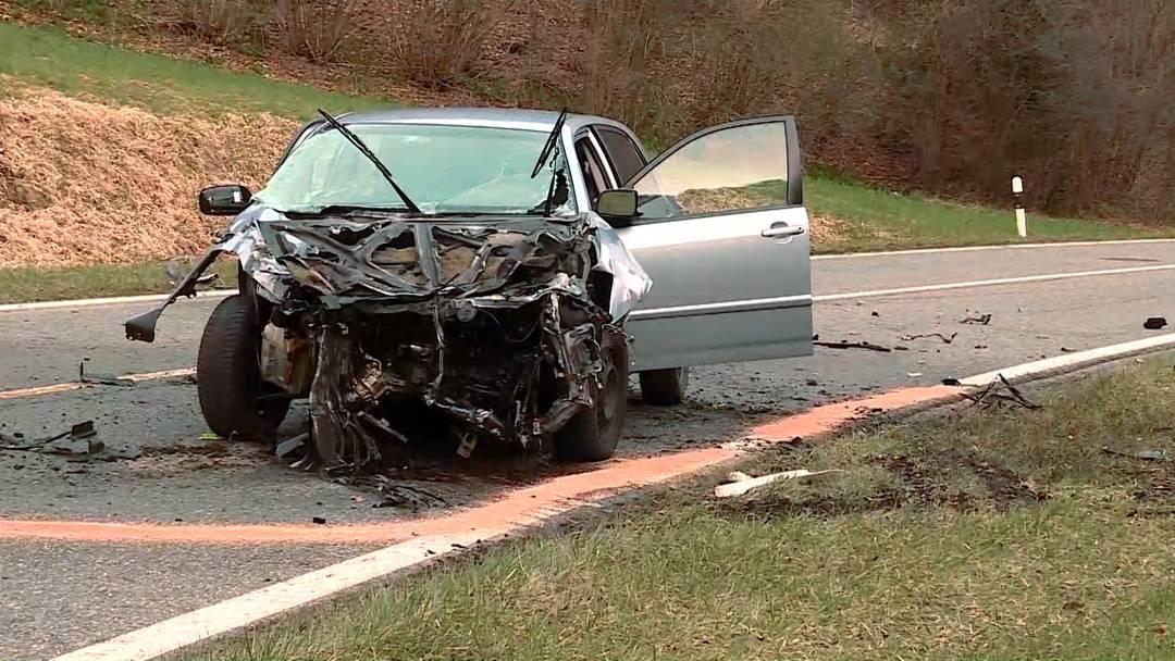 Wieder Unfall auf Staffeleggstrasse: Auto und Kleinlaster prallen frontal zusammen  – zwei Verletzte
