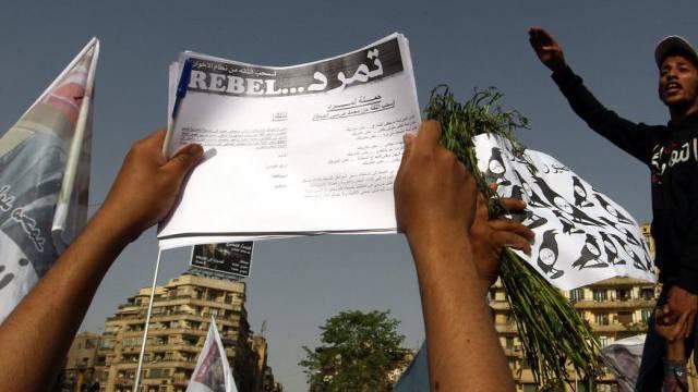 Demonstranten mit der Petition für den Rücktritt Mursis