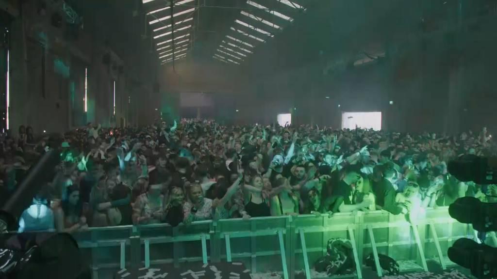 Liverpool: Tausende feiern bei erster Clubnacht seit Pandemie-Beginn