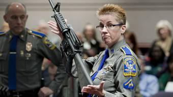 US-Polizisten mit einer AR-15 Bushmaster (Symbolbild)