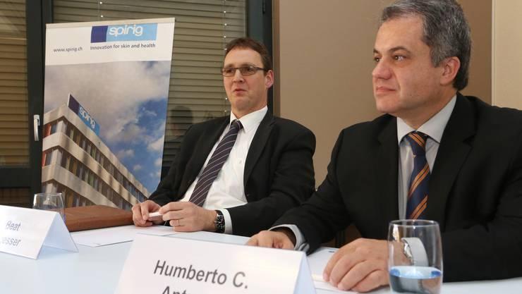 Beat Sägesser (CEO von Spirig) und Humberto C. Antunes (Chef von Galderma) an der Medienkonferenz.