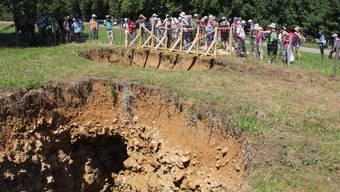 Wanderer bestaunen die Helliker Löcher – das Gelände hat Pro Natura Aargau gekauft.