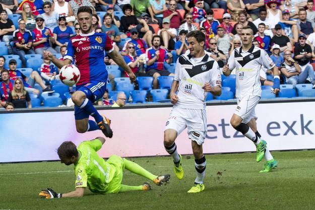 van Wolfswinkel bezwingt Goalie Da Costa, die Lugano-Verteidigung kann aber auf der Linie klären.