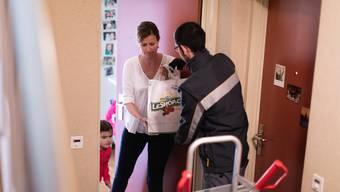 Die Lieferdienste Leshop und coop@home haben seit dem Lockdown stetig an Neukunden gewonnen. Das Bild aus dem Jahr 2016 zeigt eine Familie in Thalwil ZH, die eine Leshop-Lieferung entgegennimmt.