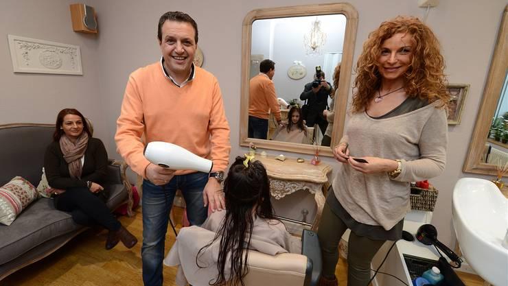 Familientreff: Pippo und seine Ehefrau Lia Milone im Damensalon, links Lias Schwester, auf dem «Thron» ihre jüngste Tochter. Juri Junkov