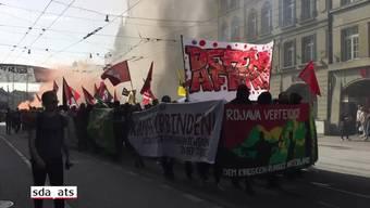 Mehrere hundert Demonstrierende sind am Samstagnachmittag durch die Berner Innenstadt gezogen und haben ihre Solidarität mit der umkämpften syrischen Region Afrin bekundet. Die von linksautonomen Kreisen getragenen Demonstration wurde am späten Nachmittag vor dem Bahnhof Bern gestoppt. Gegen 16 Uhr hatten sich die Kundgebungsteilnehmer beim Bahnhof versammelt und waren anschliessend durch die Stadt gezogen.