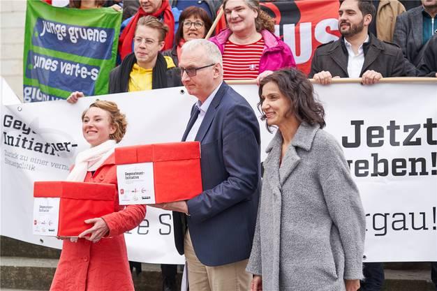 Nationalrätin Irène Kälin (Grüne, links) und SP-Präsidentin Gabriela Suter übergeben Urs Meier, dem stellvertretenden Staatsschreiber, die Unterschriften.