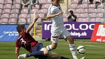 Servettes Christopher Routis jagt Fabian Frei den Ball ab.