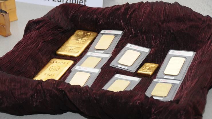 Vor der Übergabe an die Gemeinde: Die Klingnauer Goldbarren werden den Medien in einem Körbchen präsentiert.