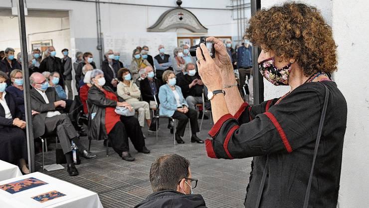 Eine genaue Beobachterin des Alltags ist die Künstlerin Heidi Widmer auch während ihrer eigenen Vernissage.