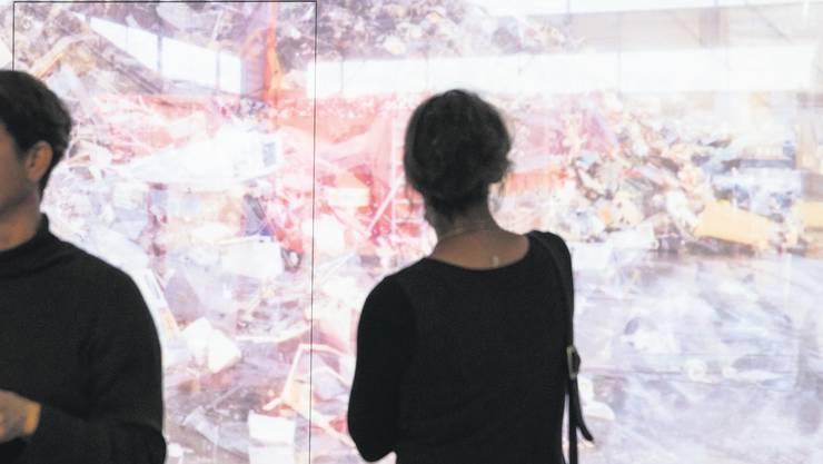 Eine Ausstellung widmet sich der Objektbiografie eines Mobiltelefons von der Herstellung bis zur Entsorgung, den Transportwegen und Transformationen der Materialien sowie den beteiligten Menschen.