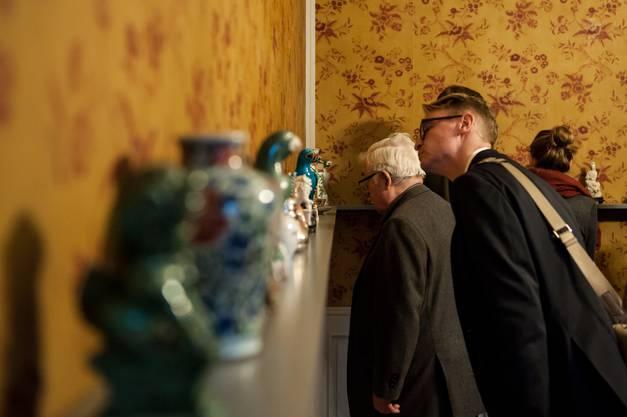 Das Regal auf Augenhöhe präsentiert verschiedenste Objekte der Sammlung des Museums Langmatt