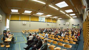 Vorne links die Gemeindebehörden mit Schulleiter Thomas Schöni (2. von links), Gemeindepräsident Albert Studer (3. von links) sowie in der ersten Sitzreihe Mario Petiti vom kantonalen Volksschulamt (4. von rechts) und Mediator Denis Marcel Bitterli (3. von rechts), mit einigem Sitzabstand Eltern, Lehrer und Bürger.