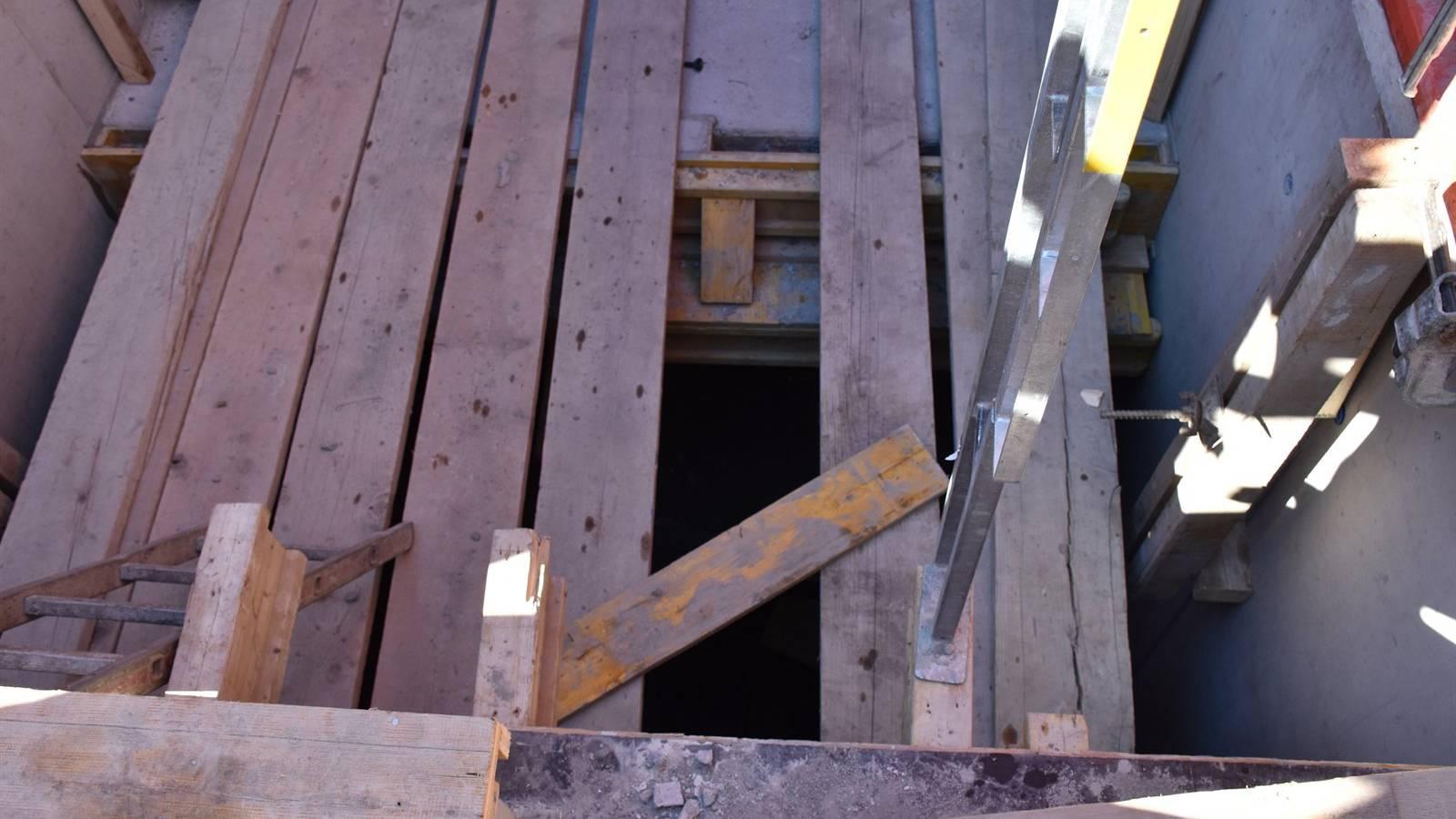 Der Arbeiter krachte durch ein Sicherungsbrett.