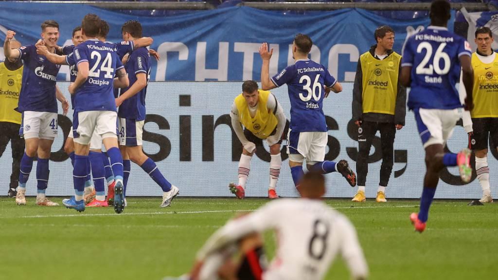 Frankfurt strauchelt beim Absteiger: Hinten jubeln die Schalker, vorne sitzt Djibril Sow am Boden