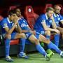 Nach Spielschluss sitzen einige Spieler von Dnjepr tief enttäuscht auf der Ersatzbank
