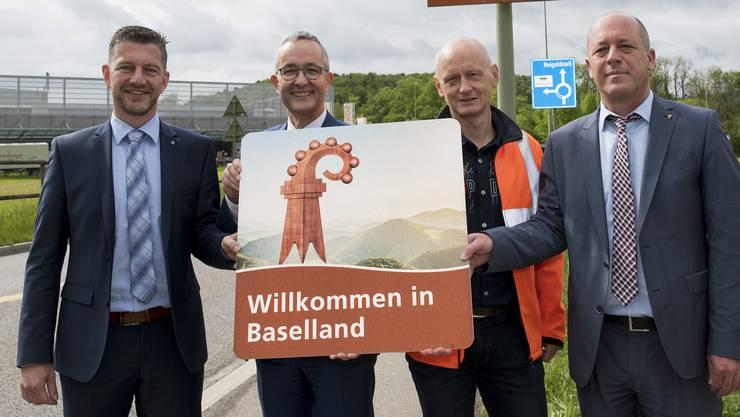 Hier enthüllte Tobias Eggimann (ganz links) die neue Tourismus-Signalisation für das Baselbiet.