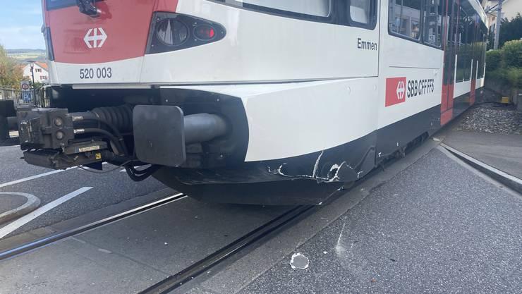 Als der Volvo-Fahrer abbiegen wollte, kam es zur seitlich-frontalen Kollision mit einer entgegenkommenden Zugskomposition der SBB.