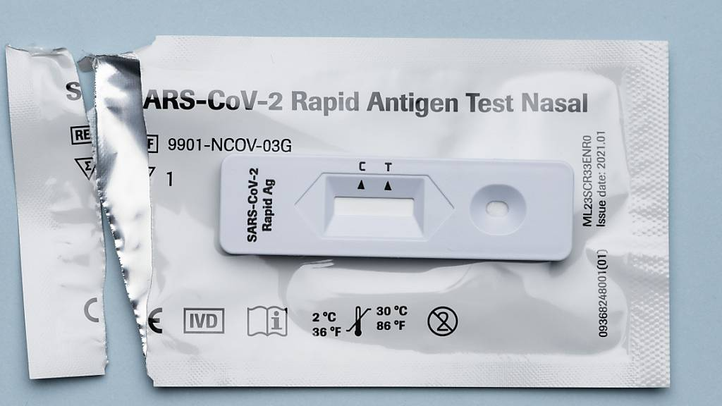 Dem Bundesamt für Gesundheit sind am Mittwoch innerhalb von 24 Stunden 2120 neue Ansteckungen mit dem Coronavirus gemeldet worden. (Symbolbild)