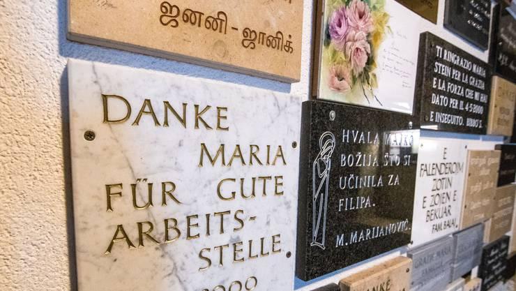 Die Votivtafeln sind in verschiedenen Sprachen verfasst.