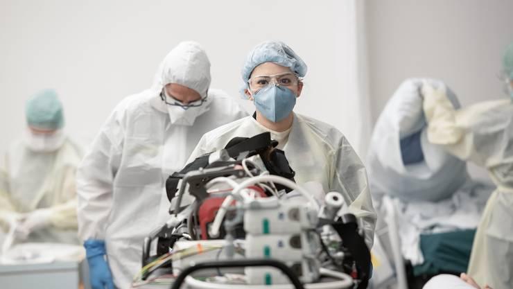 Das Gesundheitspersonal ist zu Zeiten der Corona-Pandemie stark gefordert. (Symbolbild)