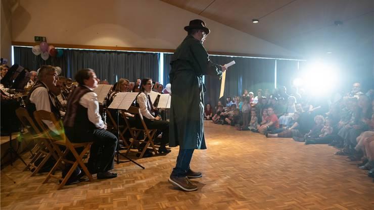Fürs interaktive Kinderkonzert schlüpfte Renato Cadisch vom Theaterverein Birmensdorf in die Rolle von Detektiv Allegro.