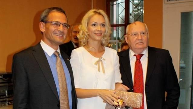 Sander Mallien (links), Gorbatschows Enkelin und Michail Gorbatschow. zvg