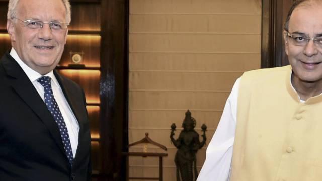 Indiens Finanzminister Jaitley (r) und Bundesrat Schneider-Ammann