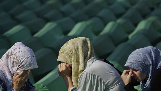 Trauernde Musliminnen beim Massenbegräbnis (Archiv)