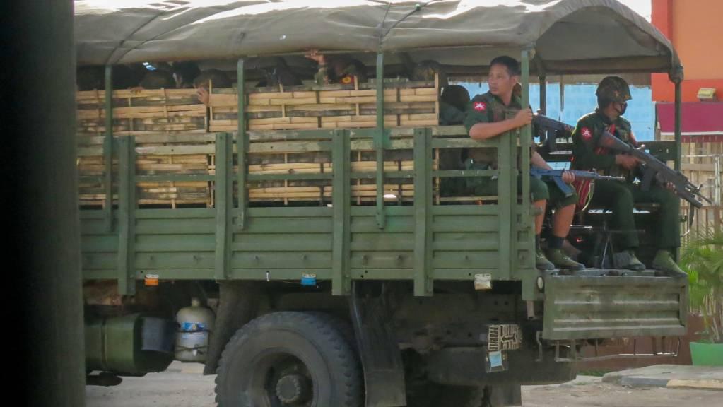 Militärische Truppen und Polizisten patrouillieren in Myanmar. Bei Zusammenstössen mit Soldaten der Militärjunta im Süden des Landes sind etwa zwanzig Zivilisten Medien zufolge getötet worden.