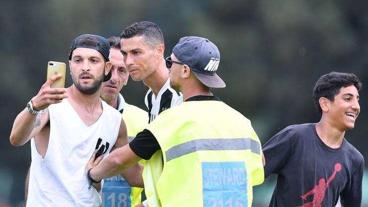 Dieser Juventus-Fan stürmte für ein gemeinsames Selfie mit Cristiano Ronaldo während eines Vorbereitungsspiels auf den Platz. Key