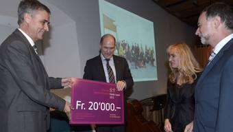 Regierungspräsident Guy Morin (l.) und der Baselbieter Finanzdirektor Anton Lauber (2.v.l.) überreichen Inhaber Martin Wechsler (r.) und Geschäftsführerin Heidi Neubacher den Chancengleichheitspreis 2013.