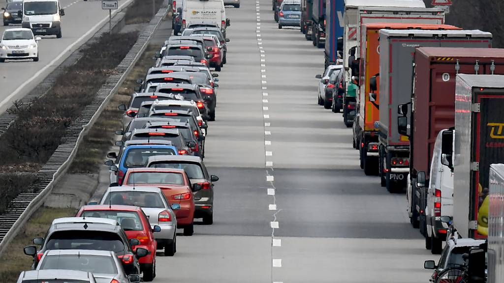 Rettungsgasse auf einer deutschen Autobahn in Niedersachsen, Deutschland: Wer in der Schweiz die Bildung einer solchen verhindert, wird ab kommendem Jahr gebüsst. (Themenbild)