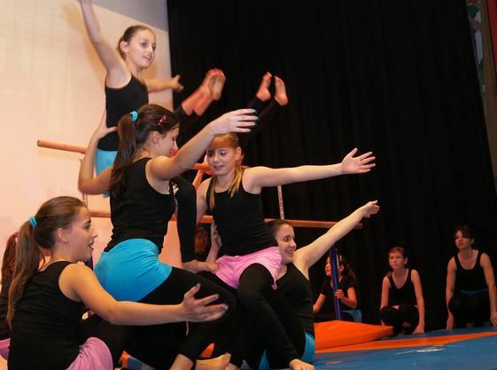Akrobatinnen der Meitli Oberstufe