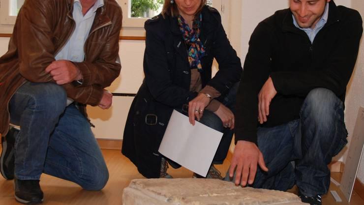 Hannes Burger, Regine Fellmann Brogli und Fabio Tortoli (v.l.) hinter einer Inschriftentafel eines römischen Wachtturmes. sh