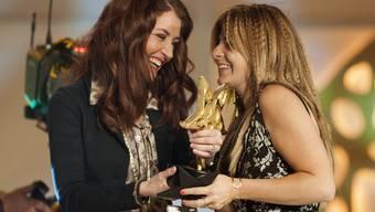 Mundartsängerin Sina (links) übergibt Eliana Burki den Prix Walo