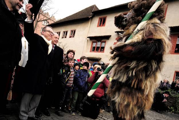 Dann wird vor Peter Stalder, Vorsitzender Meister zum Rebhaus, und Ehrengast Bundesrat Ueli Maurer getanzt.