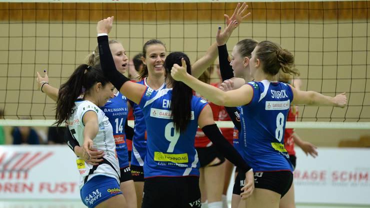Die Volleyballerinen von Sm'Aesch Pfeffingen haben allen Grund zum Jubeln: Mit dem Sieg gegen den VBC Cheseaux kommt man der Finalrunde ein grosses Stück näher.