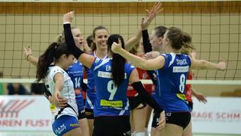 Die Volleyballerinnen von Sm'Aesch Pfeffingen können ein spannendes Verfolgerduell für sich entscheiden.