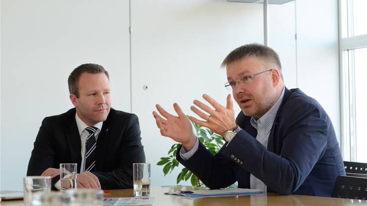 Silvio Jeker (SVP) und Christian Scheuermeyer (FDP) im Gespräch - Sie suchen Schulterschluss statt Streit. (Archiv)