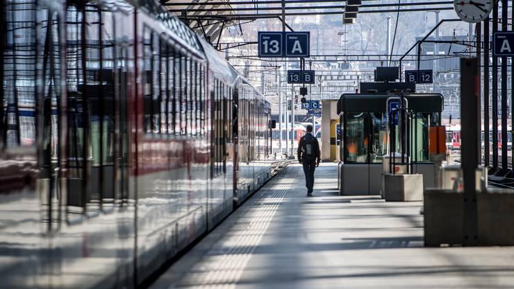 In der Stadt Zürich gibt es derzeit noch keine Verzeigungen wegen zu grosser Gruppengrössen, wie es bei der Stadtpolizei auf Anfrage hiess. Es seien kaum Menschen unterwegs.