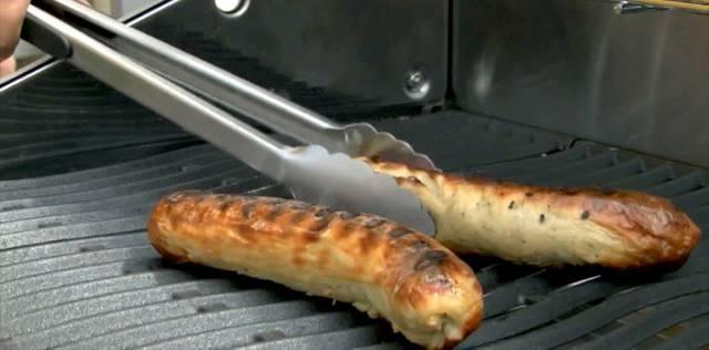 Thomas Reiss machts vor: So geht sicheres Grillieren.