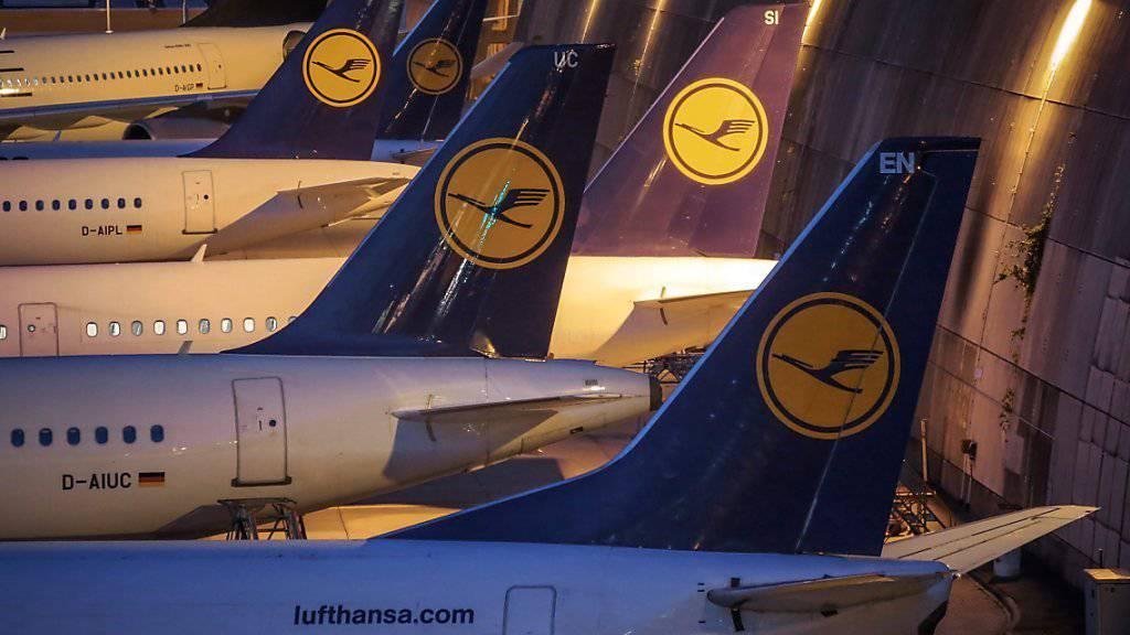 Die deutsche Fluggesellschaft Lufthansa streicht am Mittwoch 930 Flüge. Laut Unternehmen sind davon knapp 100'000 Passagiere betroffen.