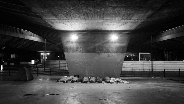 Unter Brücken, in Nischen und an der Autobahn – an den Unorten der Stadt Paris – hausen rund 1500 bis 3000 gestrandete Flüchtlinge aus aller Welt.